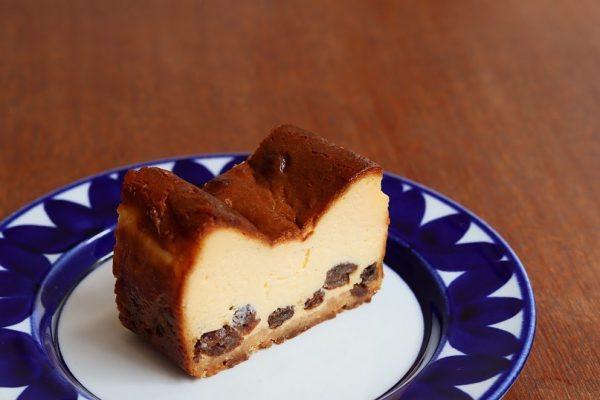 自家製ラムレーズンの入ったベイクドチーズケーキ